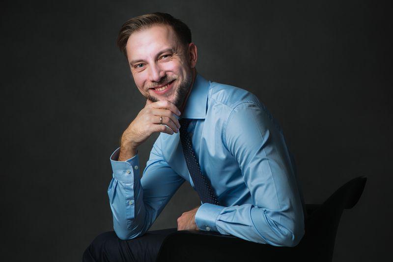Paweł Biernacki, właściciel PRO WATCHES s.c. w niebieskiej koszuli i krawacie
