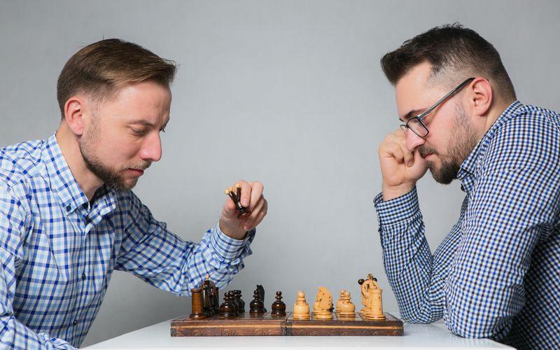 Paweł Biernacki i Paweł Kamiński z PRO WATCHES s.c., grający w szachy