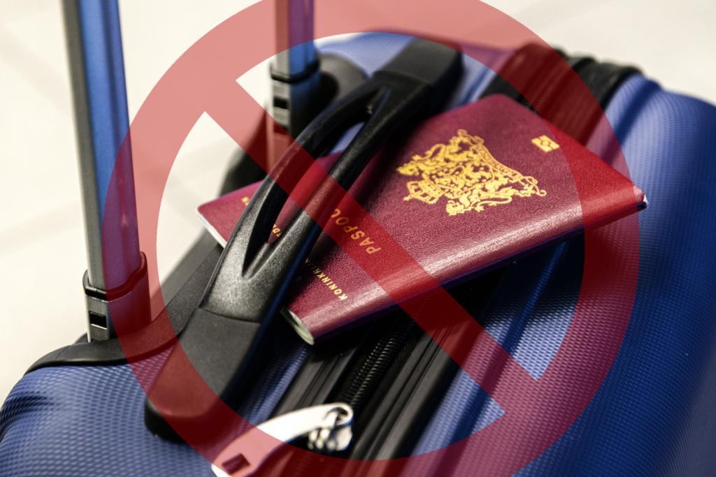 paszport leży na walizce podróżnej i znak zakazu