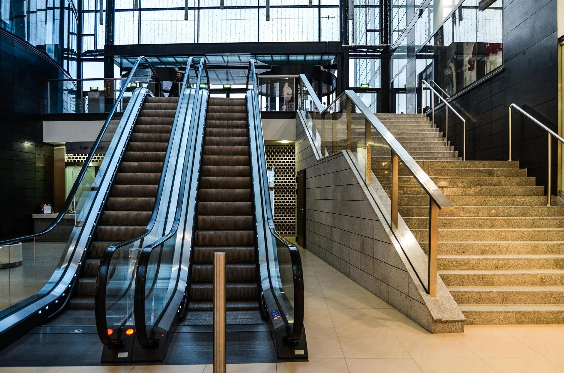 puste schody w centrum handlowym