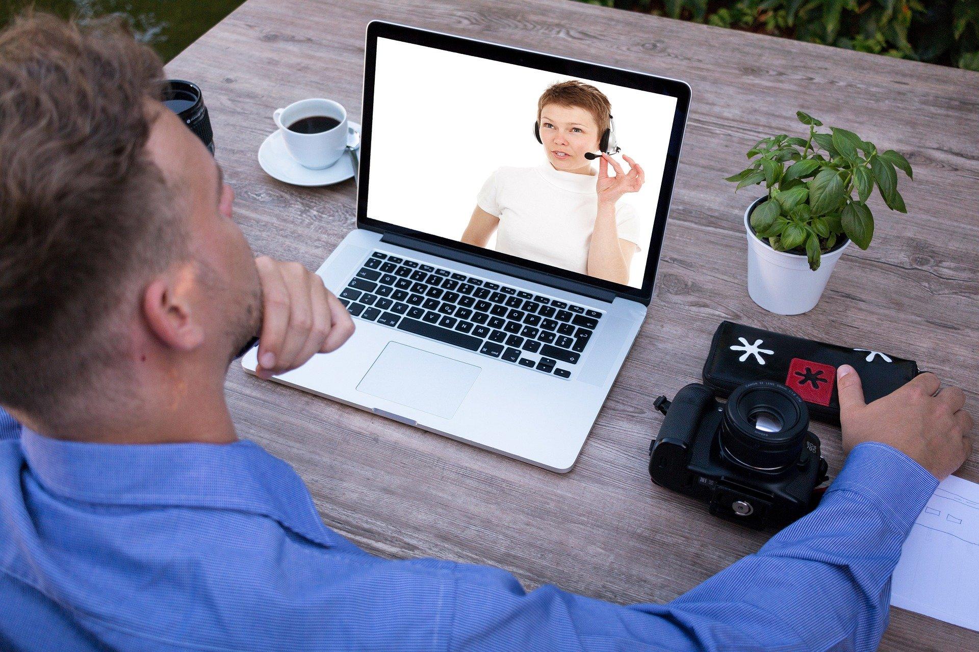 mężczyzna pracujący na laptopie w ogrodzie